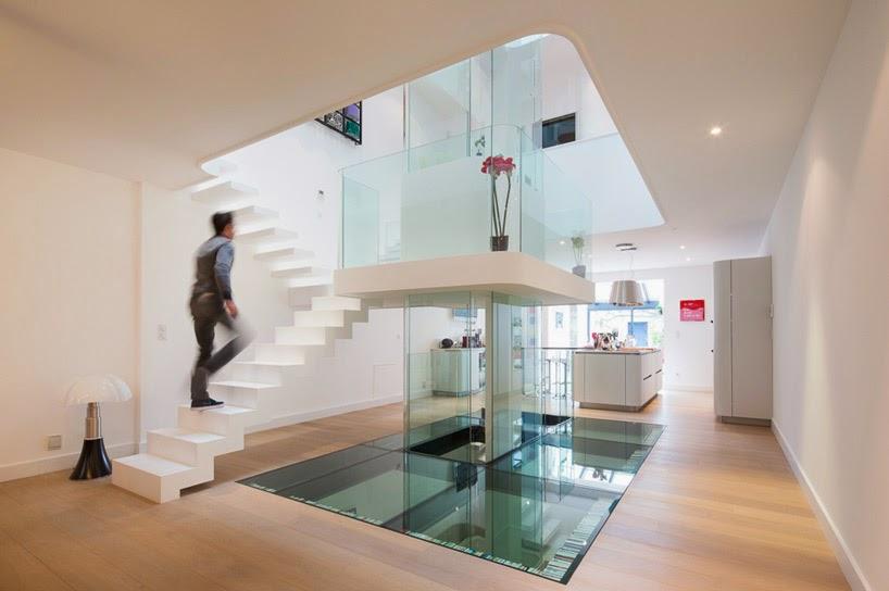 Diseño interior minimalista en torno a una escalera acristalada ...