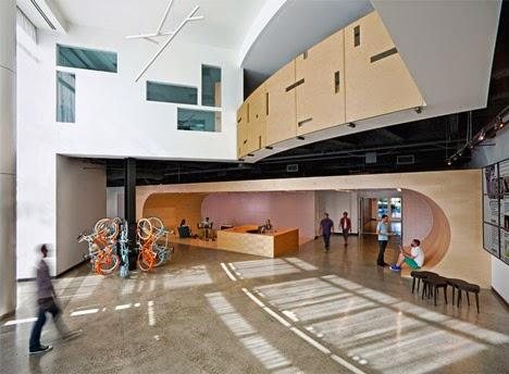 Creativo dise o interior en el vest bulo de un edificio de for Oficinas de diseno y arquitectura