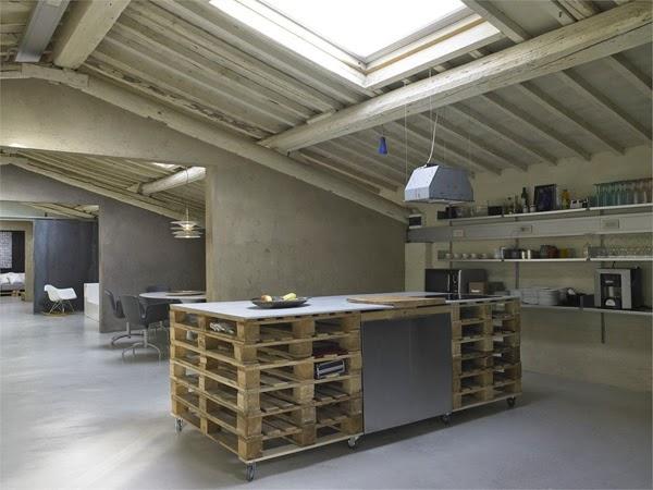 Palets reciclados como mobiliario de este granero transformado en ...