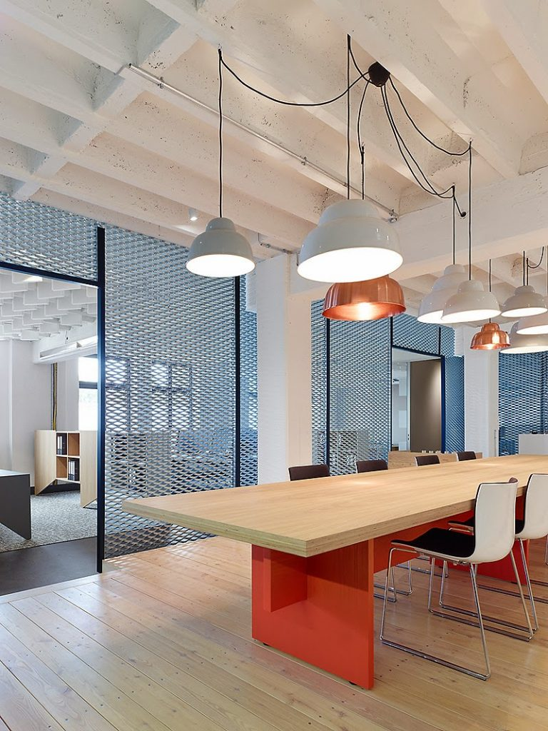 Dise o industrial y contempor neo en estas oficinas de for Diseno oficinas industriales